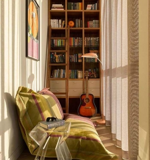 Дизайн балкона с библиотекой