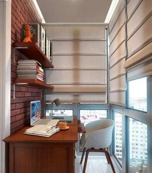 Рабочее место на балконе с панорамным остеклением