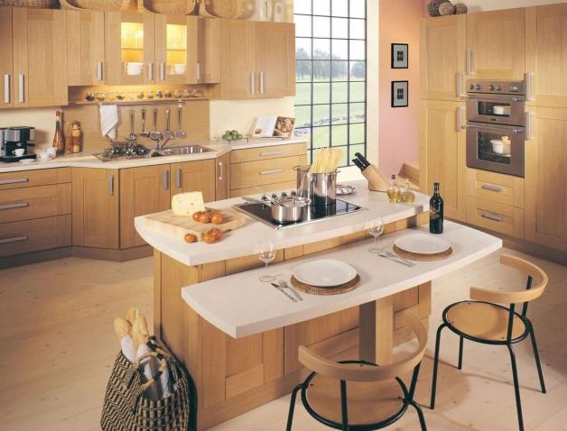 Дизайн светлой кухни с островком в доме