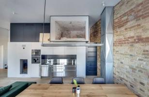 Дизайн просторной кухни в частном доме с дополнительным детским спальным местом