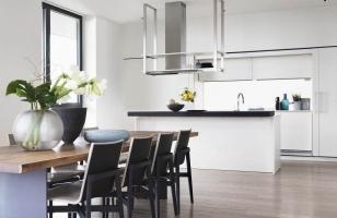 Дизайн кухни частного дома в светлых тонах