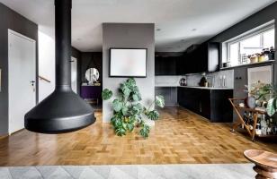 Дизайн интерьер кухни в доме с камином