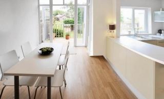 Интерьер кухни-гостиной, которая разделена столешницей на две зоны