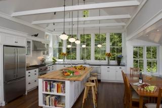 Интересное оформление кухни, в которой сочетается новая техника и старинные элементы декора