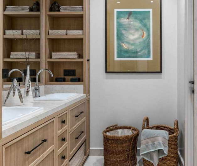 Интерьер ванной с окрашенными стенами