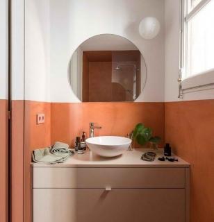 Дизайн интерьера ванной с комбинированием двух цветов для стен
