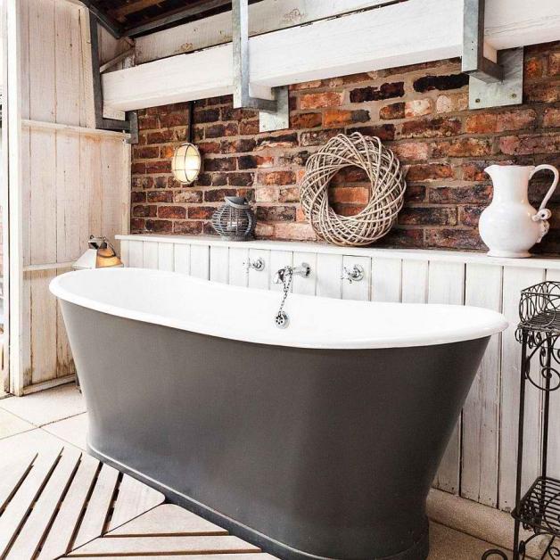 Декоративная кирпичная стена в ванной