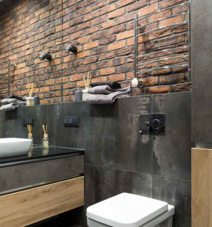 Имитация крипичной стены в ванной комнате