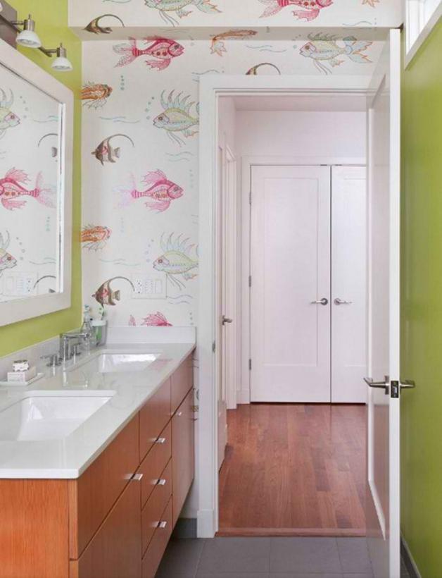 Обои с крупным орнаментом из рыб в ванной